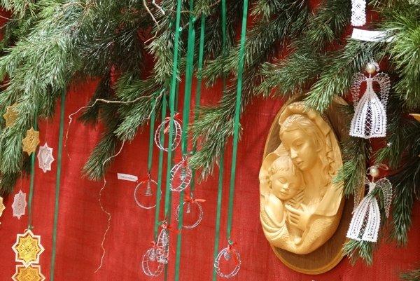 Vianočné práce zo Živeny sú vystavené v priestoroch Mestského úradu.