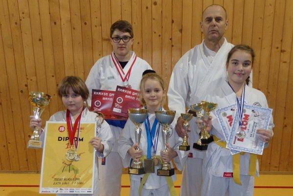 Dolný rad zľava: Miriam Wenderlová, Ingrid Marková, Stella Patai. Horný rad zľava: Daniel schlosser atréner Michal Rusnák.