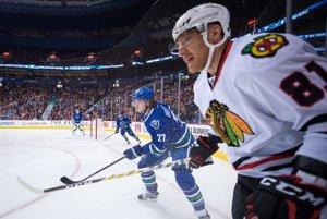 Marián Hossa, Chicago - 1 milión dolárov. Jeden z najlepších slovenských hokejistov, aký kedy v NHL hral, vynechá celú sezónu pre alergiu na hokejový výstroj. Je celkom možné, že na ľad sa už nevráti. Napriek tomu je oficiálne stále hráčom NHL. Chicago ho zaradilo na listinu dlhodobo zranených hráčov a vďaka tomu získalo istú úľavu pod platovým stropom. Hossa má stále platnú zmluvu (až do roku 2021) a dostáva plat, ako keby hral.