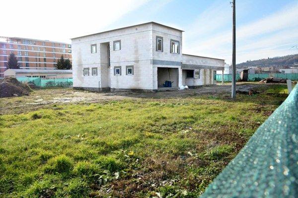 Hrubá stavba. Budova vyrástla bez stavebného povolenia počas leta na pozemku v blízkosti obľúbeného parku.