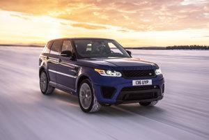 Range Rover Sport SVR - 4,7 sekundy. Poháňa ho V8 s výkonom 550 koní, na snehu stovku dosiahne za 11,3 sekundy.