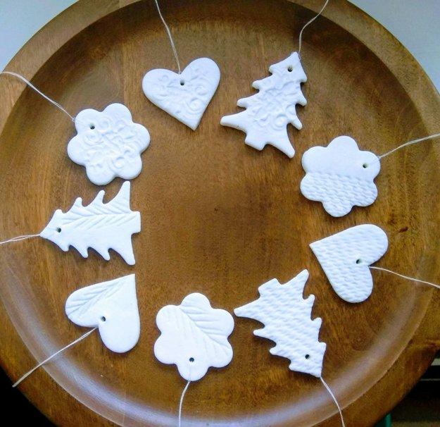 Ozdoby pripomínajú porcelán, no ich výroba je úplne jednoduchá.