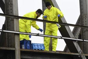 Špecialisti z Greenpeace odoberajú vzorky vody z rieky Nitra v meste Partizánske.