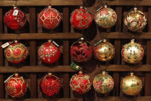 Vzorkovník rôznych sklenených vianočných gúľ.