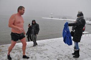 Marián Trnka z Námestova vydržal vo vode 25 minút. manželka zatiaľ mrzla na brehu.