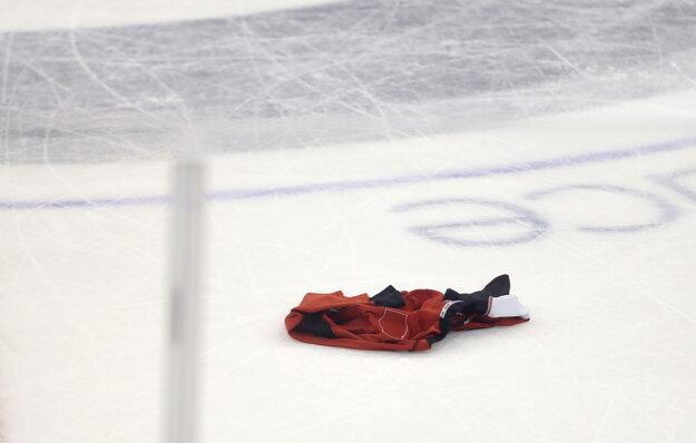 Jeden z fanúšikov Ottawy vysokú prehru nezvládol a na ľad hodil svoj dres.