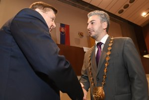 Rastislava Trnku (vpravo) uvádza do úradu doterajší košický župan Zdenko Trebuľa.