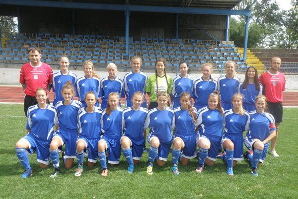 Dievčatá z FC Union Nové Zámky s prezidentom Petrom Bábinom a trénerom Michalom Halásom