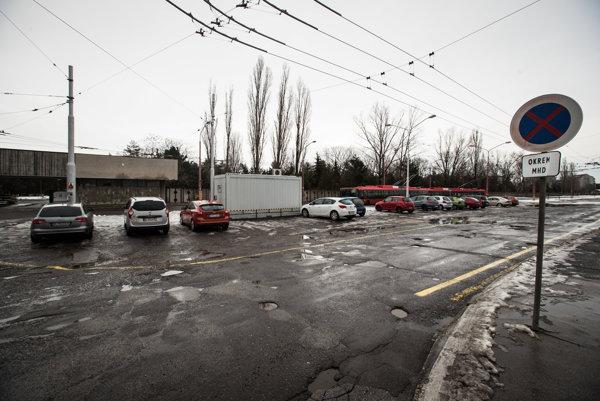 Pred Cintorínom Vrakuňa by malo vyrásť záchytné parkovisko.
