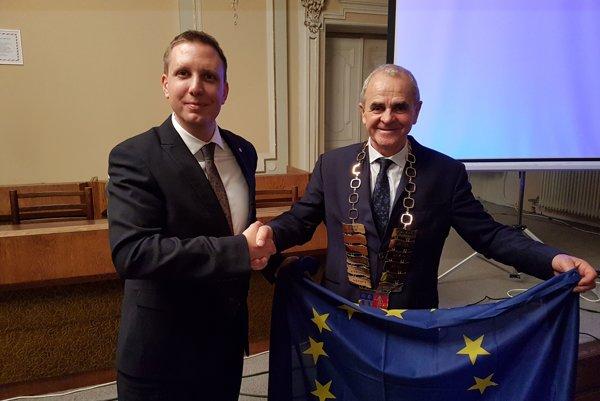 Martin Turčan a Ján Lunter pri symbolickom odovzdaní vlajky EÚ.