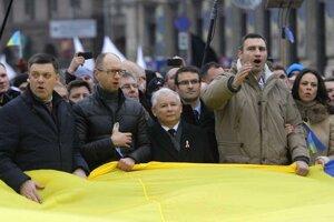 Opozičný poslanec a boxer Vitalij Kilčko na demonštrácii spolu s lídrom poľskej strany Právo a Spravodlivosť Jaroslawom Kaczyńskim.