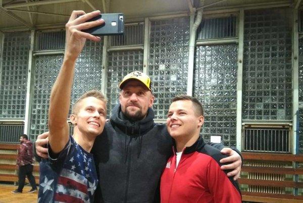 Martin Jakubko (v strede) zavítal na folklórny futbal.