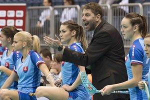 Tréner Michal Jedlička na striedačke počas zápasu.