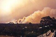 Dym stúpa počas lesného požiaru pri Springwoode, západne od Sydney.
