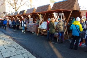 Jarmočný predaj sa v centre mesta už rozbieha.