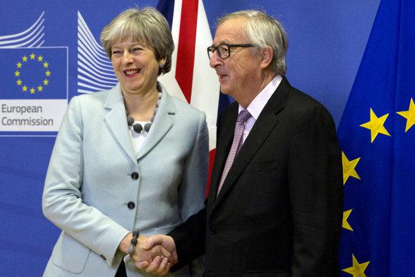 Claude Juncker a Theresa Mayová.