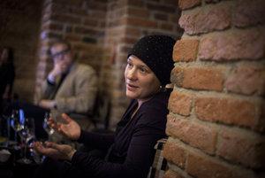 Saša Uhlová (40) vyštudovala romistiku na Karlovej univerzite v Prahe, po škole robila antropologický terénny výskum v sociálne vylúčených lokalitách a niekoľko rokov učila na Rómskej strednej škole sociálnej v Kolíne. Od roku 2009 pracuje ako redaktorka.