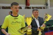 Marek Kuna a Juraj Soboňa (starosta Solčian) sa tešia z víťazstva na sedemnástom ročníku turnaja.