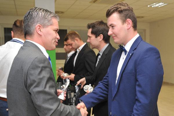 R. Jurčišin (vpravo) pri preberaní ocenenia zrúk rozhodcu M. Benka.