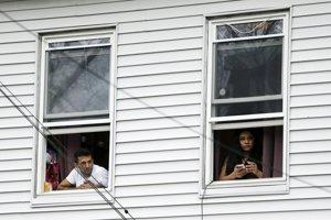 Obyvatelia majú zákaz vychádzať z domovov. Autor: TASR/AP