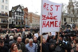Malá skupinka odporcov zosnulej premiérky protestuje v blízkosti katedrály. Autor: TASR/AP