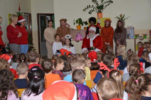 Ráno zavítal Mikuláš so svojou družinou aj do Materskej školy na Štítnickej ulici vRožňave.