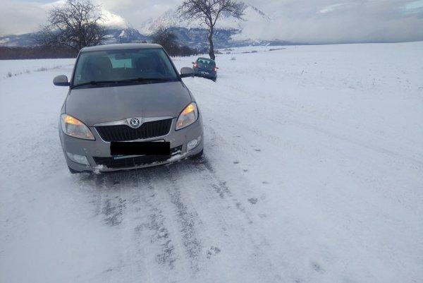 Na ceste medzi Veľkou Lomnicou a Starou Lesnou dve autá skončili mimo cesty.
