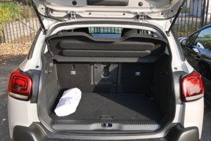 Väčší Citroen C3 Aircross má objem kufra 520 litrov, v prípade posunutých sedadiel dozadu 410 litrov.