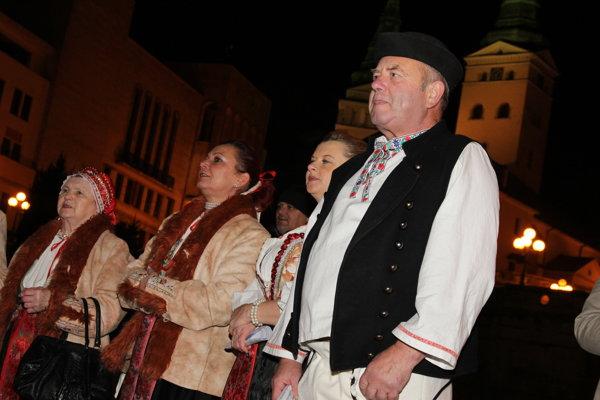 Slovensko spievalo koledy aj pod žilinským kostolom.
