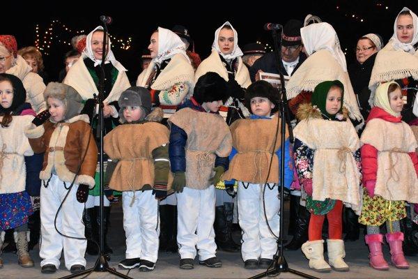 Detičky spievajú koledy v Michalovciach.