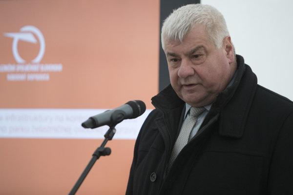 Na snímke minister dopravy a výstavby SR Árpád Érsek počas brífingu po návšteve lokality budúceho zariadenia na technicko-hygienickú údržbu vlakových súprav v dopravnom železničnom uzle Zvolen.