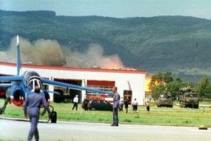 V Bratislave sa na piatom ročníku medzinárodných leteckých dní SIAD '99 zrútilo britské lietadlo Hawk 200 a explodovalo. Pilot namieste zahynul, a smrteľne sa zranila jedna diváčka, ktorú tlaková vlna zhodila zo strechy, odkiaľ sledovala vystúpenie.