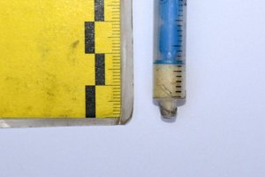 Policajti zaistili neznámu kryštalickú látku v plastovej striekačke.