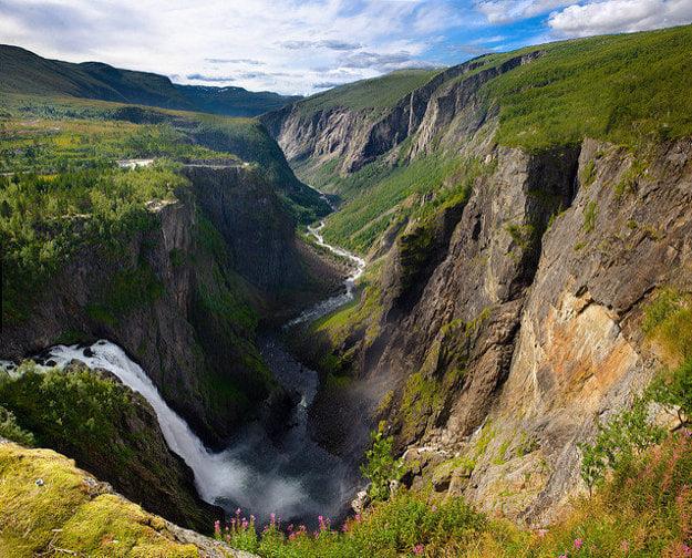 V nórskych fjordoch možno obdivovať naozaj pôsobivé vodopády.