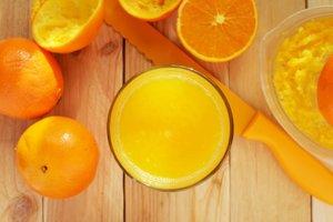 Pomaranče okrem vitamínu C obsahujú aj látky, ktoré chránia pred oxidačným stresom. Páve oxidačný stres môže byť príčinou únavy.