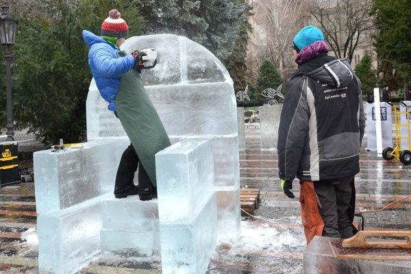 Z kusov ľadu vytvárali rôzne sochy.