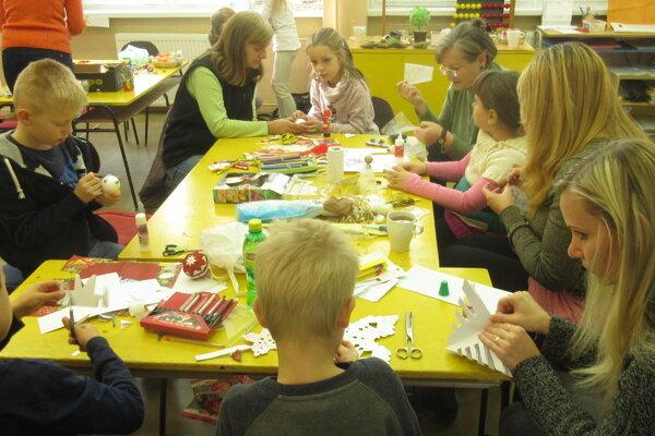 Deti si najskôr vianočné ozdoby vytvorili, potom ich predávali.