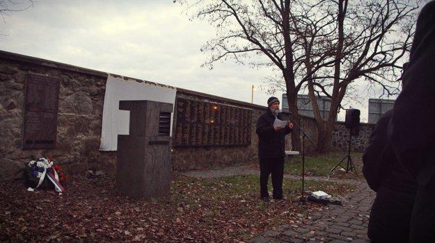 Na fotografii etnológ Arne Mann počas príhovoru po odhalení pamätnej tabule.