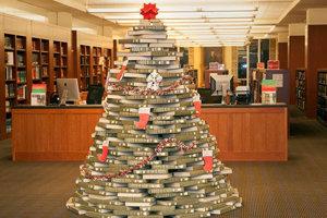 Vianočné stromčeky z kníh sú obľúbené aj vo svete, tento zdobí Perkins Library.