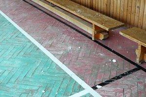 Popadaná omietka ničí aj podlahu. Telocvičňa v Slovenskom Pravne potrebuje renováciu. Peňazí ale nazvyš nie je.