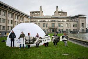 Pred sídlom ICTY v Haagu často protestovali príbuzní obetí balkánskych vojen.