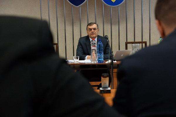 Starosta Halenár počas rokovania miestneho zastupiteľstva