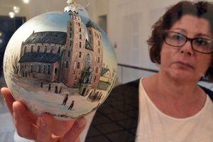 Kurátorka výstavy a historička Múzea regionálneho v Jasle Barbara Czajka s vianočnou ozdobou.