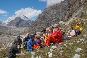 Svámidži (v oranžovom) a jeho nasledovníci.