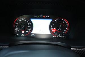 Na digitálnom prístrovojom paneli sa otáčkomer a tachometer menia podľa zadaného jazdného režimu.