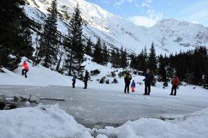 Zamrznuté Ťatliakove jazero v Roháčoch.