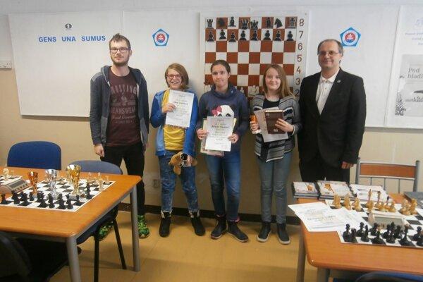 Účastníčky šampionátu so svojimi oceneniami.