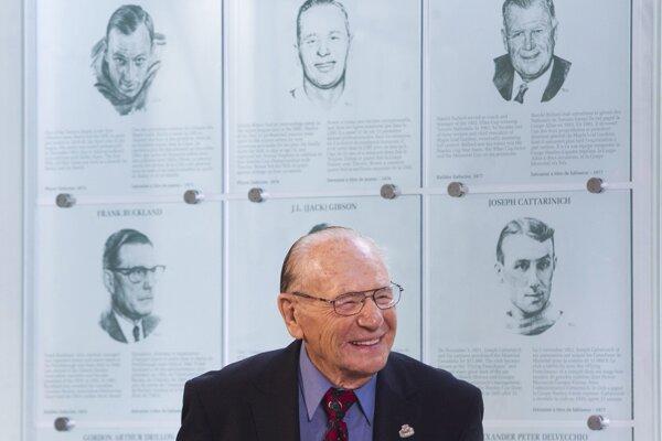 Bývalý hokejový brankár Toronta Maple Leafs Johnny Bower zomrel vo veku 93 rokov.