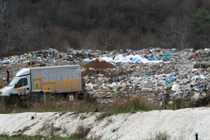 V susedstve skládky odpadu.