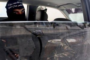 Militanti na pohrebe v meste Bejt Lahíja. Vyčítajú im, že smrť civilistov zneužívajú. (AP Photo/Hatem Moussa)